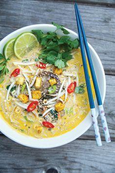 Miso polévka s rýžovými nudlemi a mořskou řasou