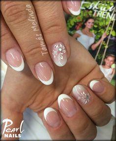 Tamás Melindától hozunk  egy mennyasszonyi körmöt. :-) A gyűrűs ujjon X-white porcelán por, valamint Cover Pink és Pinkből babyboomer készített Melinda. A minta pedig 801-es UV Painting Gellel készült. Fedésnek az EO Topot használta Melinda, mert kékes színe kiemeli mégjobban a fehér francia körmöket. French Nail Designs, Diy Nail Designs, Simple Nail Designs, Diy Nails, Cute Nails, Pretty Nails, French Nails, Coffin Nails Ombre, Pearl Nails