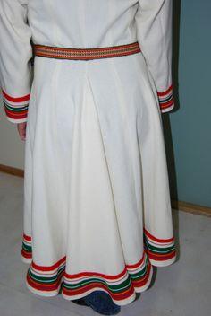 Ullsfjord-kofta: vil ha denne i hvit eller blå. Folk Costume, Costumes, Tromso, Handicraft, Cheer Skirts, Scandinavian, Folk Clothing, Culture, Sweden