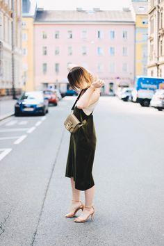 Outfit-Idee, Grünes Samtkleid kombinieren, Cross Body Bag extrabreiter Gurt…