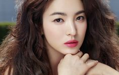 S.Korean actress, Song Hye Gyo. Bold lipstick.