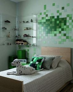 Neste quarto, a inspiração vem toda do jogo Minecraft. A pedido do dono do quarto, de 09 anos, as arquitetas do Estúdio Uvva (@estudiouvva) criaram um universo à parte, com direito a parede imantada (tinta Flexmag) repleta de quadradinhos magnéticos que imitam pixels. Divertido, não? #revistacasaclaudia #decoração #decor #decoration #casa #house #home #homedecor #quarto #bedroom #minecraft #dog #instadog