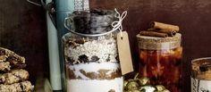 Pakkaa cookie-ainekset kauniiseen purkkiin ja anna lahjaksi, taikinaan lisätään vain 1 kananmuna ja 100 g sulatettua voita. N. 0,25€/annos.