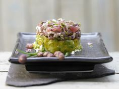 Macht optisch und geschmacklich viel her: gehackter Thunfisch mit Mangosalat. Thunfisch-Tatar - mit Mangosalat und Koriander - smarter - Kalorien: 340 Kcal - Zeit: 40 Min. | eatsmarter.de