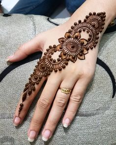 Explore latest Mehndi Designs images in 2019 on Happy Shappy. Mehendi design is also known as the heena design or henna patterns worldwide. We are here with the best mehndi designs images from worldwide. Henna Tattoo Hand, Henna Tattoo Designs, Henna Mehndi, Henna Tattoo Muster, Simple Henna Tattoo, Simple Arabic Mehndi Designs, Back Hand Mehndi Designs, Et Tattoo, Modern Mehndi Designs