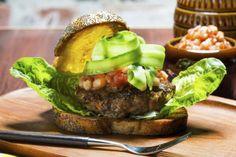 Burger med bønnesalsa Hot Sauce, Hamburger, Beef, Ethnic Recipes, Food, Meat, Essen, Burgers, Meals