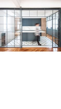Suelo de mosaico con diseño personalizado #ArtFactoryHisbalit  📐 Arquitecto (architect) : @luisjaguilar_arch . 🔨 Colaboraciones (collaborators) : @rgs_arquitectura , #albacastillon, @alicity_ . 📸 @marcoscorteslerin . Mosaic Floors, Divider, Kitchens, Flooring, Room, Furniture, Home Decor, Architects, Mosaics