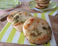 Pizzette con pesto e stracchino...non si può resistere!!! Ecco la ricetta http://blog.giallozafferano.it/greenfoodandcake/pizzette-pesto-stracchino/