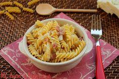 La Pasta con Cavolo, Pancetta e Gorgonzola è un delizioso primo piatto tipico del periodo autunnale. Si prepara, infatti, utilizzando il cavolo verza, acco
