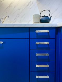 Réno cuisine avant après - Blog déco Clemaroundthecorner Blog Deco, Im Blue, Adhesive Vinyl, Kitchen Furniture, New Kitchen, Filing Cabinet, Dresser, Handle, Kitchen Renovations
