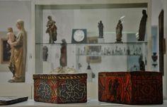 Preparándonos para el fin de semana, damos un vistazo a la vitrina dedicada al siglo XV en el #MuseoGómezMoreno y a las cajitas de madera mudéjares.  ¡Gracias una vez más a nuestro amigo Antonio Maldonado por esta estupenda foto! Foto: Antonio Maldonado