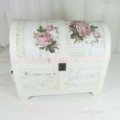 LOVE this shabby vintage treasure chest Shabby Chic Trunk, Shabby Chic Boxes, Shabby Chic Crafts, Shabby Chic Interiors, Shabby Chic Kitchen, Vintage Shabby Chic, Shabby Chic Style, Shabby Chic Furniture, Furniture Chairs