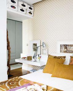 prateleira usada como penteadeira e mesa cabeceira. prateleira sobre a porta de entrada do quarto.  ACHADOS DE DECORAÇÃO: ORGANIZAÇÃO
