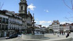 Guimarães, o berço de Portugal | via Viaggiando 04.03.2014 | A cidade soube preservar o seu passado memorável e seu Centro Histórico é considerado Património Cultural da Humanidade pela UNESCO.  Foto: Largo do Toural