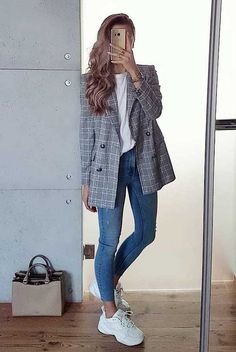 Blazer with skinny jeans and sneakers casual office outfit. Spring Outfit Women, Summer Work Outfits, Casual Work Outfits, Blazer Outfits, Business Casual Outfits, Work Casual, Spring Outfits, Casual Office, Office Wear