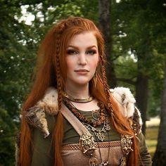 seitlich geflochtene Frisur rote Haare ein Kostüm aus dem Mittelalter, entsprec… laterally braided hairstyle red hair a costume from the Middle Ages, corresponding trinkets Hair A, Red Hair, Loose Hair, Renaissance Hairstyles, Viking Braids, Corte Y Color, Viking Woman, Braided Hairstyles, Viking Hairstyles