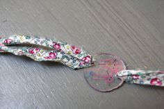 Un bracelet pour Maman - Best Pins Live Diy Projects To Try, Projects For Kids, Diy For Kids, Crafts For Kids, Grandmother's Day, Dad Day, Cadeau Parents, Fete Ideas, Shrinky Dinks