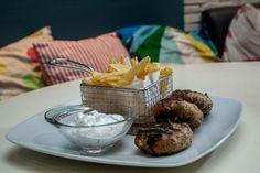 Μπιφτέκια με sour σως | Τρία ζουμερά μπιφτέκια με πατάτες τηγανητές και σως γιαουρτιού | 7,00€