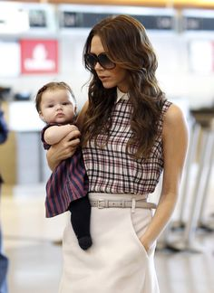 Victoria and Harper Beckham wore color-coordinated outfits while jetting out of LAX in November David Et Victoria Beckham, Victoria Beckham Stil, Spice Girls, David Beckham Family, Posh And Becks, Harper Beckham, Posh Beckham, First Birthday Pictures, Celebrity Babies