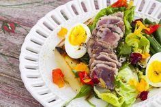 Salada niçoise com atum, ovoe molho de frutas vermelhas