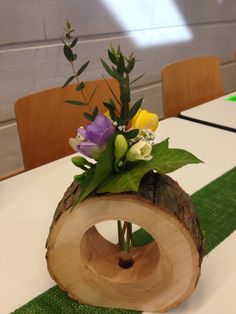 Tischdeko mit holz <> idk what that reads tho cute idea w a glass test tube thru the wood circle, used as a vase