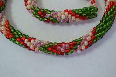 Colar feito com missangas em técnica turca. Cores verde, vermelho e rosa. R$ 60,00