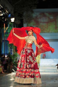 Kebaya Anne Avantie. In love with the skirt.