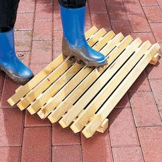 Woodworking Projects For Kids Swedish Boot Scraper - Check out these easy woodworking projects you can build! They don't need a complete workshop and are great beginner DIY small woodworking projects. Small Woodworking Projects, Woodworking Bed, Woodworking Videos, Wood Projects, Woodworking Workshop, Woodworking Classes, Youtube Woodworking, Custom Woodworking, Woodworking Crafts