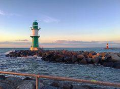 Obwohl wir die Welt bereisen um das Schöne zu finden müssen wir diese doch mit uns tragen sonst finden wir sie nicht.  Ralph Waldo Emerson  #liebe #zitate #sprüche #quotesoftheday #warnemünde #rostock #mecklenburgvorpommern #meckpomm #meingrossesabenteuer #einfachmachen #wirdschonschiefgehen #sunset #sonnenuntergang #brise #wellen #sonne #travel #träumen #beautiful #ostsee #balticsea #maritim  #lighthouse #leuchtturm #diesefarben #wunder #sprachlos #niewiederweg #niegenug