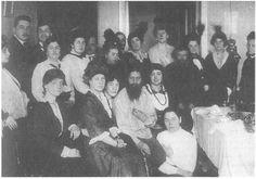PERSONAJES: Rasputín fue un místico ruso con una gran influencia en los últimos días de la Dinastía Romanov. También fue conocido como «el Monje Loco». En la imagen de marzo de 1914 aparece con un grupo de admiradoras.