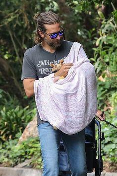 #DadHairGoals?! Bradley Cooper még apukaként is iszonyatosan jól néz ki ezzel a vagány hajviselettel!