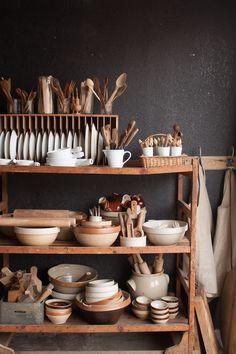 Home Interior Design prop shelves.Home Interior Design prop shelves Kitchen Dishes, Kitchen Decor, Kitchen Design, Kitchen Things, Rustic Kitchen, Kitchen Interior, Vintage Kitchen, Kitchen Ideas, Retro Home Decor