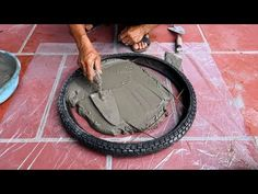 detallesdevida: Amazing Technique Making Coffee Tables From Tires . Cement Table, Cement Art, Concrete Pots, Concrete Furniture, Concrete Crafts, Concrete Projects, Cosy Garden, Garden Deco, Making Coffee