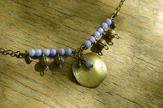"""""""L'Aventurière"""" Bracelet composé de perles de verre mauves, de perles et de fines gouttelettes et d'un sequin en bronze. Inspiré par des bijoux de style Art Nouveau et l'aventurière Mata Hari."""
