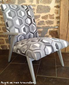 fauteuils crapaud et chaises anciennes retapissés dans des tons naturels, style campagne chic et esprit brocante.