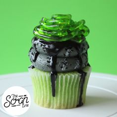 Food Cupcakes Green velvet cupcakes, black choc sauce, swirl of zombie frosting and jelly brain worms.Green velvet cupcakes, black choc sauce, swirl of zombie frosting and jelly brain worms. Hallowen Food, Halloween Desserts, Halloween Cakes, Halloween Treats, Halloween Party, Yummy Treats, Delicious Desserts, Sweet Treats, Yummy Food