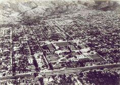 """1957 - Aqui temos a relíquia da foto aérea do bairro de Bangu, da Zona Oeste do Rio de Janeiro, feita em 1957. Ela foi extraída do site da revista Scripta Nova, da Universidade de Barcelona, que publicou um texto em português, intitulado """"QUANDO A FÁBRICA CRIA O BAIRRO: ESTRATÉGIAS DO CAPITAL INDUSTRIAL E PRODUÇÃO DO ESPAÇO METROPOLITANO NO RIO DE JANEIRO"""", do professor e geógrafo da Universidade Federal Fluminense, Márcio Piñon de Oliveira."""