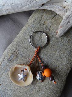 Porte clés et/ou bijou de sac marron et orange avec coquillage FRAIS PORT OFFERT : Porte clés par c-driftwood http://www.alittlemarket.com/boutique/c_driftwood-1849323.html