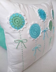 Úžitkový Textil - Podoby Rozkvitnutého T - Diy Crafts Crochet Cushion Cover, Crochet Cushions, Sewing Pillows, Crochet Pillow, Diy Pillows, Decorative Pillows, Cushion Embroidery, Hand Embroidery, Embroidery Designs