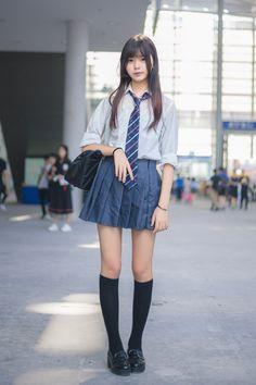 パンツの見えない 美学 School Girl Japan, School Girl Outfit, School Uniform Girls, Girls Uniforms, Japan Girl, Girl Outfits, Cute Asian Girls, Beautiful Asian Girls, Cute Girls