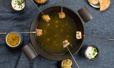 Un bouillon aromatique, de la tendre viande de poulet, une sauce épicée et de délicieuses boulettes de riz – cette fondue transportera tes convives vers de chaudes contrées. Un plat tout particulièrement indiqué par une soirée d'hiver enneigée? Raclette Fondue, Curry Dip, Palak Paneer, Dips, Ethnic Recipes, Food, Sweet Potato, Chicken Legs, Asian Cuisine