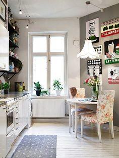 We Learned the Sea. Gorgeous kitchen. I just like everything about it, even the floral chairs. ähnliche tolle Projekte und Ideen wie im Bild vorgestellt findest du auch in unserem Magazin
