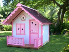 casinha de boneca de madeira com decoração delicada