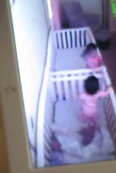 La reacción de dos bebés cuando su madre les pilla jugando en la cuna (VÍDEO)