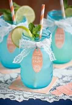 dekoideen alte gegenstände cocktailgläser weiße spitze einweckgläser blau