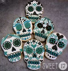 Day of the Dead Sugar Skull Cookies by Cookie Connection Fall Cookies, Iced Cookies, Cute Cookies, Cupcake Cookies, Halloween Chic, Halloween Treats, Cookie Frosting, Royal Icing Cookies, Sugar Skull Art