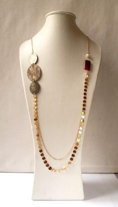 Sautoir Agate doré, serti d'une pierre rouge et de perles.