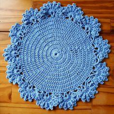 Sousplat Crochet da Thati Knitting Patterns, Crochet Patterns, Crochet Sunflower, Paper Doilies, Hot Pads, String Art, Baby Hats, Flower Patterns, Crochet Projects