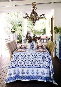 Blue and white al fresco dining table design by Anna Spiro Summer Deco, Home Theaters, Outdoor Rooms, Outdoor Dining, Gazebos, Sweet Home, Al Fresco Dining, Deco Table, Decoration Table