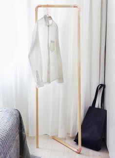 Voici 3 idées originales d'objets à faire soi-même en utilisant des tuyaux de cuivre.  Ci-dessus un portant à vêtements fabriqué à l'ai...